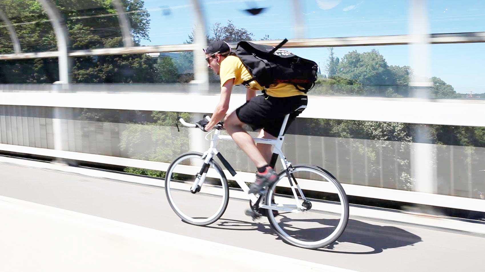 coursier à vélo dans Paris